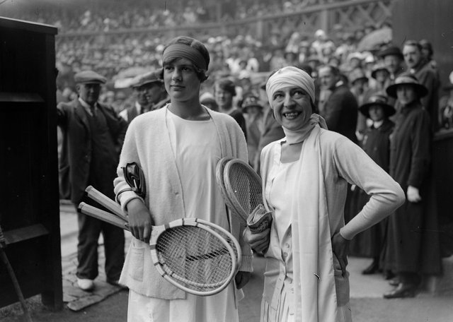6th July 1925:  British tennis player Joan Fry (left) and France's Suzanne Lenglen on the court before the women's singles final at the Wimbledon Lawn Tennis Championships, which Lenglen won.  (Photo by E. Bacon/Topical Press Agency/Getty Images)