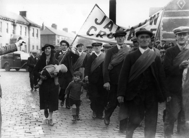 1st October 1936:  Protest marchers starting out on the Jarrow Crusade, a demonstration march by unemployed men from the shipyard town of Jarrow, Tyneside, who walked to London to demand the right to work.  (Photo by Central Press/Getty Images)