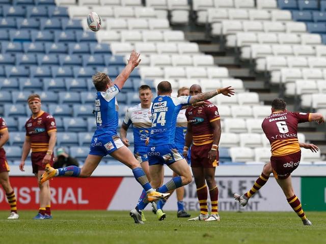 Huddersfield Giants' Lee Gaskell hits the winning drop goal (ED SYKES/SWPIX)