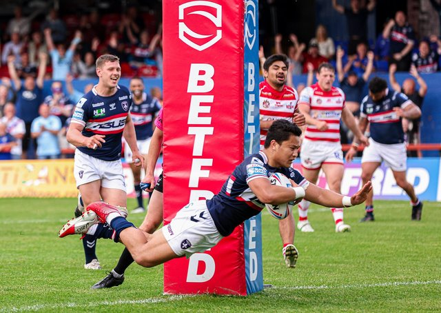 Try time: Wakefield's Mason Lino scores against Leigh. Picture by Alex Whitehead/SWpix.com