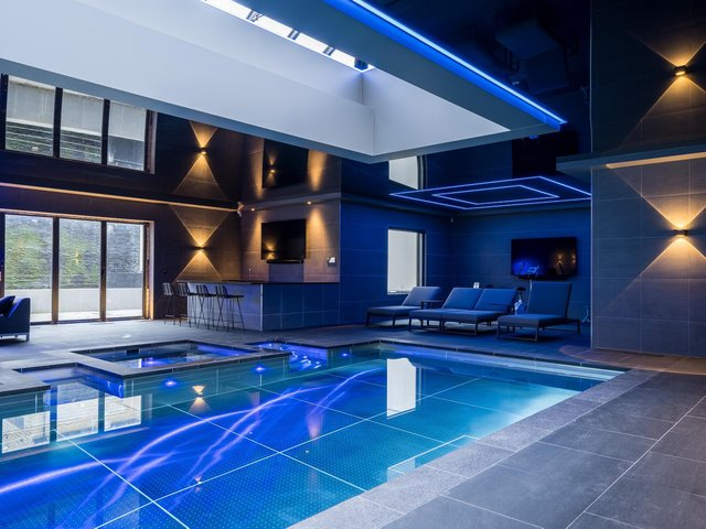 The spa and swimming pool. The pool is lined i stainless steel, which helps keep bacteria at bay