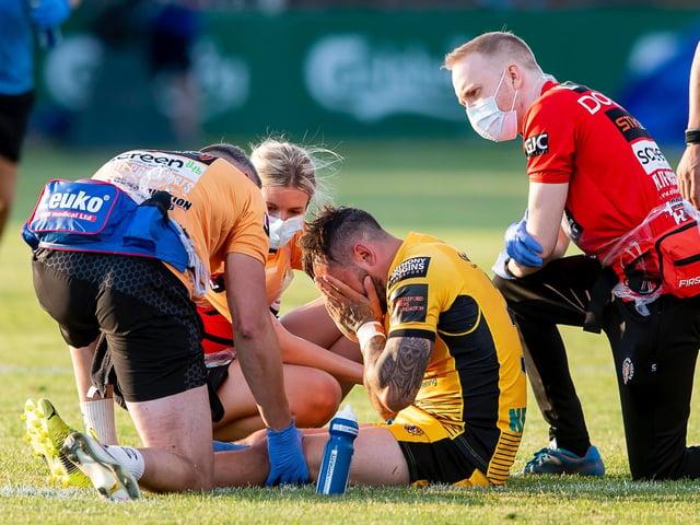 Castleford Tigers' Gaz O'Brien suffers his knee injury. (ALLAN MCKENZIE/SWPIX)
