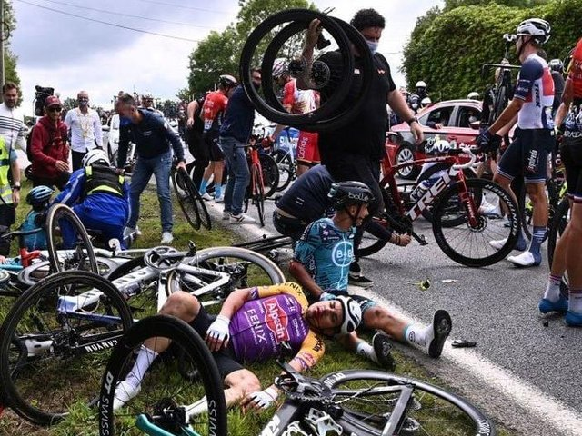 The entire pelaton came crashing down after a spectator reached out into the road with a placard (Photo: Getty Images)