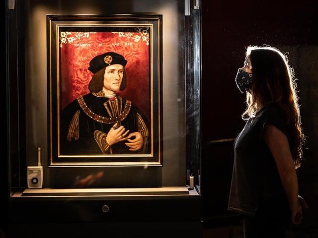 Lucy Creighton avec le portrait de Richard III